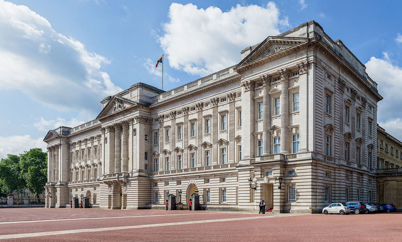 buckingham_palace_from_side_london_uk_-_diliff
